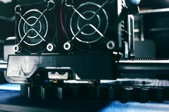 FDM 3D打印机制造业从银灰色细丝的正齿轮在方案磁带-在打印头和喷管的正面图上 库存照片