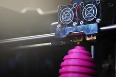 FDM 3D打印机制造业受伤的桃红色复活节彩蛋雕塑-接近对象和印刷品坚硬的明亮的晴朗的轻的心情 免版税库存照片