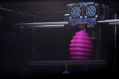 FDM-3D-printer die gekronkeld roze paaseibeeldhouwwerk vervaardigen - vooraanzicht over objecten en drukhoofd Royalty-vrije Stock Afbeelding