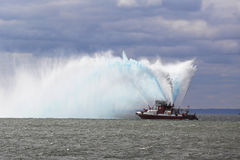FDNY救火船喷洒水入空气庆祝纽约马拉松开始2014年 免版税库存图片