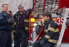 FDNY πυροσβέστες στην υπηρεσία, πόλη της Νέας Υόρκης, ΗΠΑ στοκ φωτογραφία με δικαίωμα ελεύθερης χρήσης
