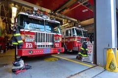 FDNY-brandlastbil som parkeras i brandstationen Arkivbilder