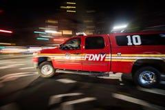 FDNY-de Vrachtwagen die van de Noodsituatieoogst snel bij Nacht in Manhattan overgaan, Stock Afbeelding