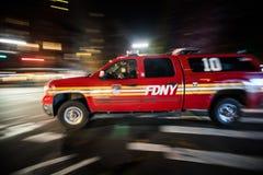 FDNY-de Vrachtwagen die van de Noodsituatieoogst snel bij Nacht in Manhattan overgaan, Stock Afbeeldingen