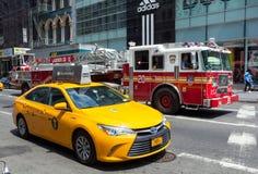 FDNY firetruck i kolor żółty taksówka w Manhattan Fotografia Royalty Free