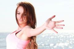 Fe кавказца женщины счастливый ся радостный красивейший молодой жизнерадостный стоковое изображение rf
