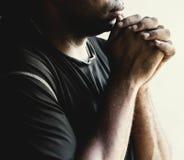 Fe africana del rezo del hombre en la religión del cristianismo Fotos de archivo libres de regalías