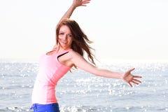 Fe alegre novo bonito alegre de sorriso feliz do Caucasian da mulher Fotos de Stock Royalty Free