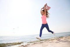 Fe allegro allegro sorridente felice del Caucasian della donna bello giovane Fotografie Stock Libere da Diritti