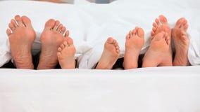 Füße aus einem Bettbewegen heraus stock video footage