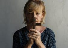 Fe caucásica del rezo de la mujer en la religión del cristianismo Fotos de archivo