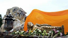 Fe de Buda de colocación gigante y del pequeño modelo y del buddhism Imagenes de archivo