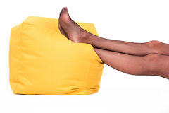 Füße, die auf Kissen liegen Stockbild