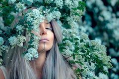 Fe-svans skognymf, härlig sexig kvinna på vårträdgården, drömlik modestil för tappning royaltyfri fotografi