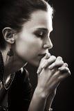 Fe y religión - rezo de la mujer Fotos de archivo libres de regalías