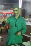 在赖买丹月fea期间,厨师拿着一只可口tandoori鸡 免版税库存照片