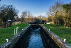 Feakes-Verschluss auf dem Stort und Lee Navigation oder der Kanal zwischen Harlow und Sawbridgeworth in Hertfordshire lizenzfreie stockbilder