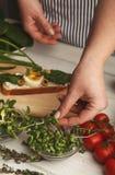 Feamale ręki robi zdrowym bruschettas dla prawej przekąski Zdjęcia Stock