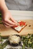 Feamale ręki robi zdrowym bruschettas dla prawej przekąski Fotografia Stock