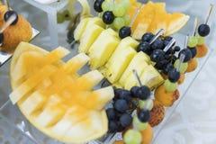 Feautiful fruktbuffé tjänade som för gäster på bröllop arkivfoto