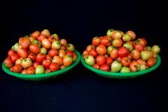22, Feb 2017 Dalat- pomidorowe owoc na zielonym plastikowym koszu, czarny tło Fotografia Stock