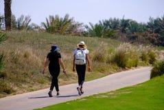 Feb 26, 2018: Dwa młodej kobiety chodzi na jogging śladzie przy Saadiy obraz royalty free