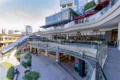 Feb 20,2018 widok robić zakupy W górę grodzkiego centrum handlowego od drugiego piętra, Taguig miasto obrazy stock