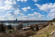 25 febbraio 2017 - Belgrado, Serbia - la confluenza dei fiumi di Sava e di Danubio a Belgrado, Serbia, come visto dal Kalemegdan Immagine Stock Libera da Diritti