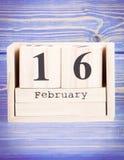 16 febbraio Data del 16 febbraio sul calendario di legno del cubo Fotografia Stock