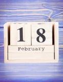 18 febbraio Data del 18 febbraio sul calendario di legno del cubo Immagini Stock Libere da Diritti
