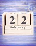 22 febbraio Data del 22 febbraio sul calendario di legno del cubo Immagini Stock Libere da Diritti