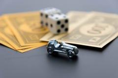 8 febbraio 2015: Houston, TX, U.S.A. Automobile, dadi e mone di monopolio Immagini Stock