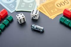 8 febbraio 2015: Houston, TX, U.S.A. Automobile di monopolio, dado, soldi, Fotografia Stock Libera da Diritti