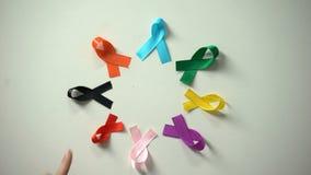 4 febbraio iscrizione di giorno del cancro del mondo fra consapevolezza multicolore dei nastri stock footage