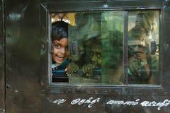 23 febbraio 2018 Madura, India, ragazza indiana che guarda attraverso la finestra del tuk del tuk del risciò Fotografia Stock Libera da Diritti