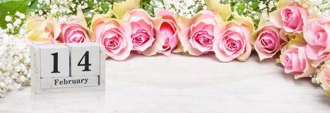 14 febbraio, rose rosa al giorno del ` s del biglietto di S. Valentino Fotografie Stock Libere da Diritti