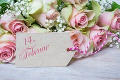 14 febbraio, rose rosa per il giorno del ` s del biglietto di S. Valentino Fotografia Stock