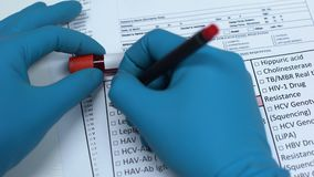 Febbre rompiossa, medico che controlla malattia nello spazio in bianco del laboratorio, mostrante campione di sangue in tubo archivi video