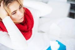 Feber och f?rkylning St?ende av h?rlig kvinna f?ngad influensa och att ha huvudv?rk och h?g temperatur Closeup av d?ligt flickan royaltyfri fotografi