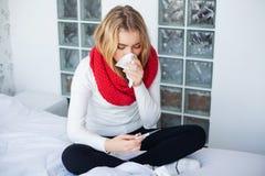 Feber och f?rkylning St?ende av h?rlig kvinna f?ngad influensa och att ha huvudv?rk och h?g temperatur Closeup av d?ligt flickan arkivbild