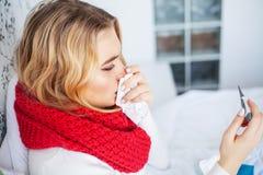 Febra I zimno Portret Pi?knej kobiety Z?apana grypa, Mie? migren? I Wysokotemperaturowy Zbli?enie Chora dziewczyna obraz stock