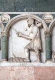 Febrero, detalle del bajo-alivio que representa el trabajo de los meses del año, catedral en Lucca, Italia Fotos de archivo