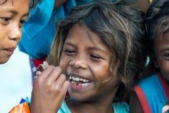 18. Februar 2018 Aeta-Kind glücklich, Schokoriegel zu essen Stockfotografie