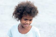 18. Februar 2018 Aeta-Kind mit einem schüchternen Lächeln, das Touristen, Capas betrachtet Stockfotos