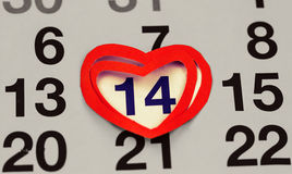 14. Februar 2016 auf dem Kalender, Valentine& x27; s-Tag, Herz vom roten Papier Stockbild