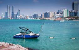 1. Februar 2018: Blaue Yacht Samll koppelte bei Marina Abu Dhabi, AG an lizenzfreie stockbilder