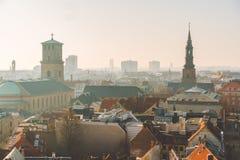 18. Februar 2019 Dänemark Kopenhagen Panoramische Draufsicht des Stadtzentrums von einem Höhepunkt Runder Rundetaarn-Turm lizenzfreie stockfotos