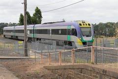 11. Februar 2018: Ein Zug V/Line VLocity von der Kreuz- des Südensstation, die zu Bahnhof Malmsbury kommt Lizenzfreie Stockfotos