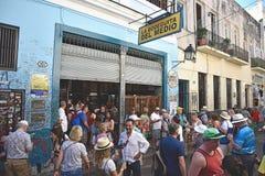 4. Februar 2019 Havana, Kuba Touristen und Gönner, die um den Eingang zur Stange Bodeguita Medio A hängen, die ein Liebling war lizenzfreie stockbilder