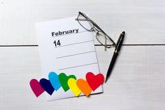 14. Februar Kalender mit Herzen der Verschiedenartigkeit lizenzfreie stockfotos